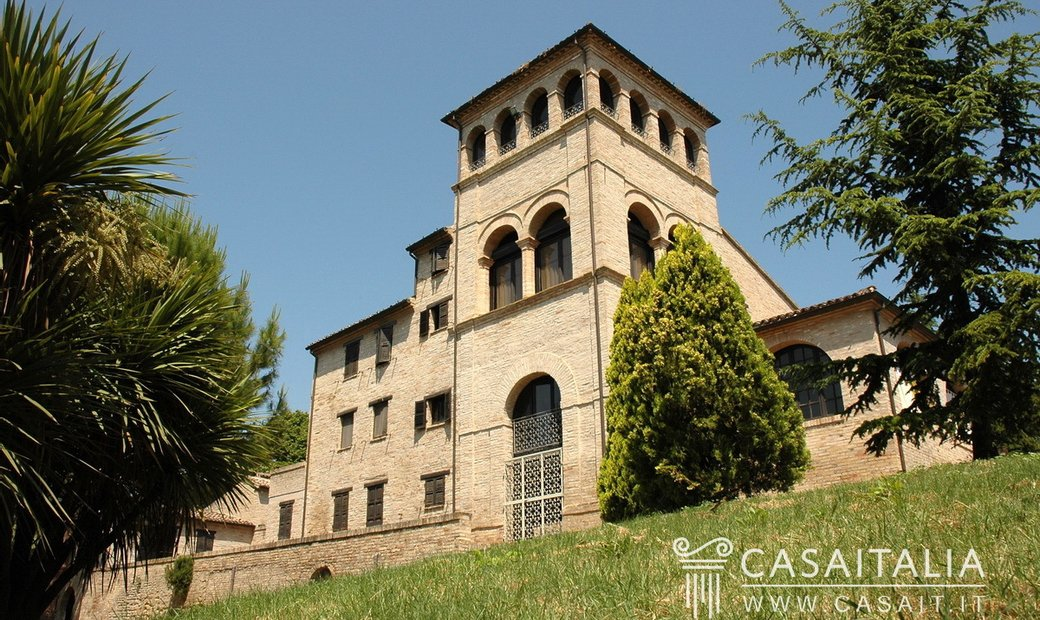 Period villa with outbuilding in the Marche hills