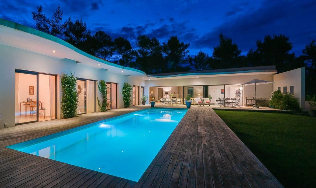 Luxurious And Spacious Refined Style Villa