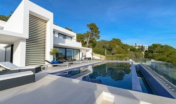 Elegant Property for Sale with Impressive Views Over the Sea