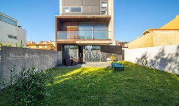 Sale modern house w/ garden, in 1ª line of the beach, Lavra, Portugal