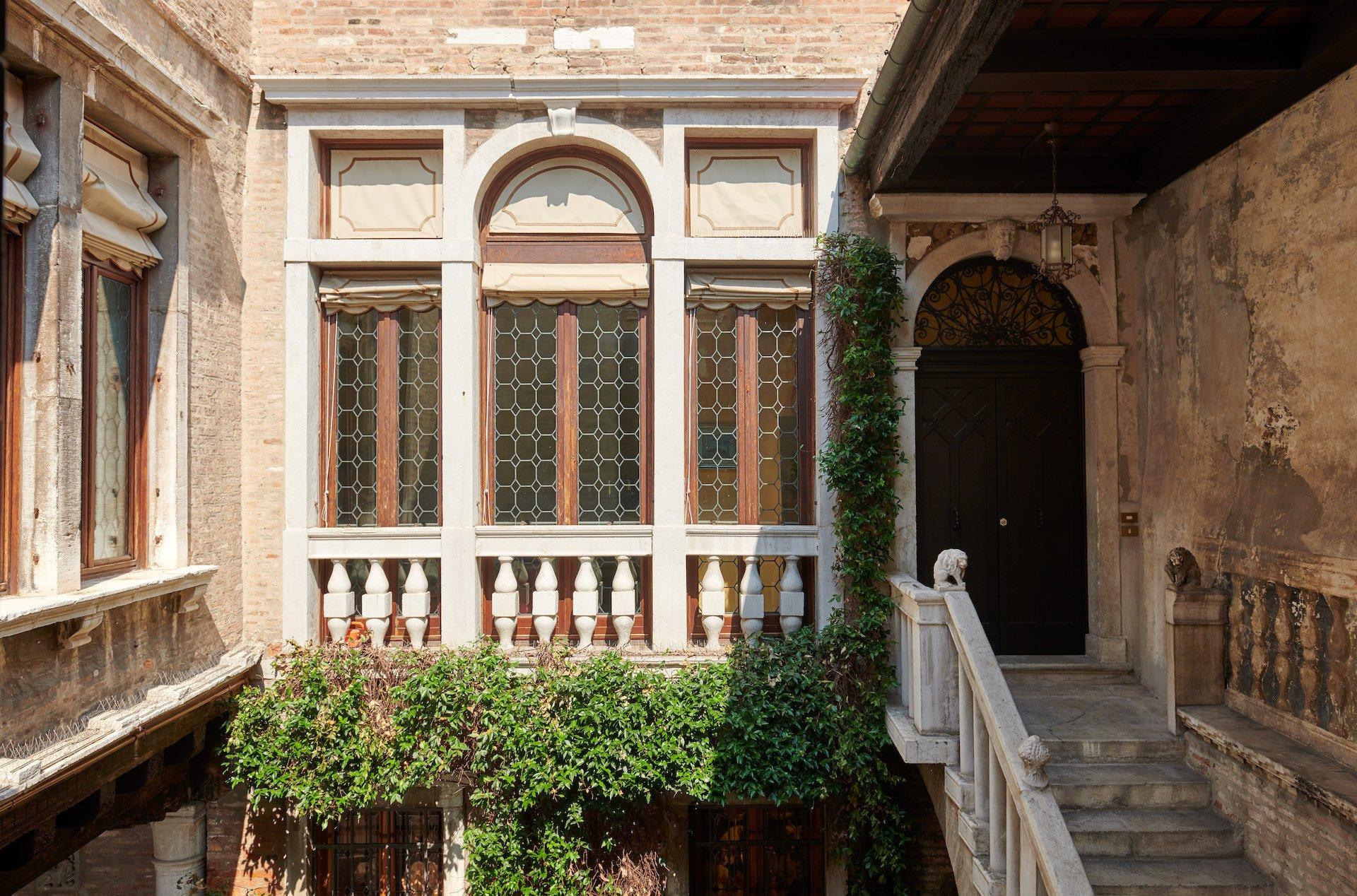 Byzantine Palazzetto With Private Bridge Courtyard In Venice