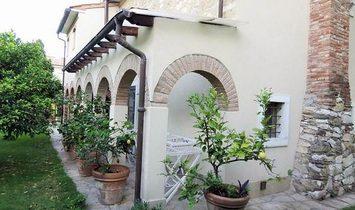 Farmstead / Courtyard for sale in Pietrasanta