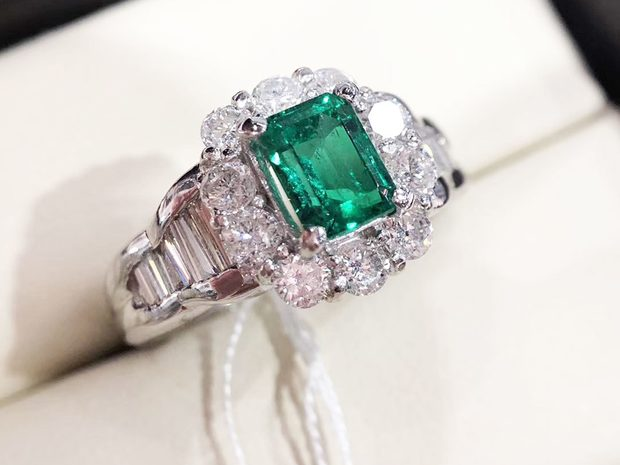 0.847ct Natural Vivid Green Emerald Ring 18k Gold Diamond (10668119)