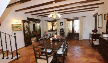 Hermosa villa, construida con materiales de alta calidad en las montañas de Bernia