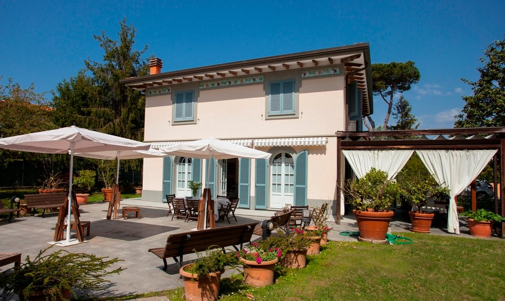 villa 700 meters from the sea with pool in Roma Imperiale