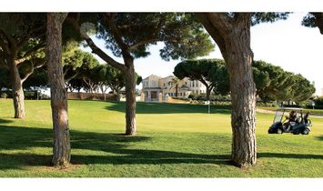 Overlooking the 8th green of one of the golf courses in Vale do Lobo, this amazing traditional prope