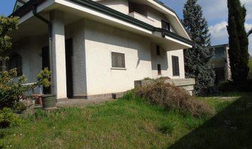 VILLA BIFAMILIARE CON ANNESSO CAPANNONE E UFFICI