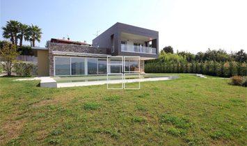 Villa moderna con vista lago