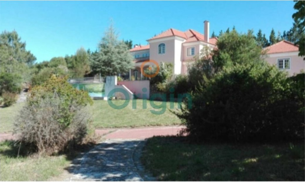 Beautiful townhouse in Belas with land of 10,000 m2.