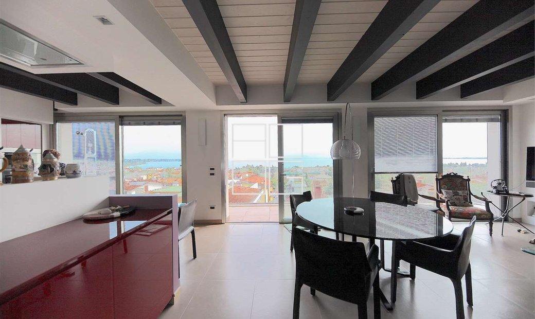 Architettura di prestigio vista lago