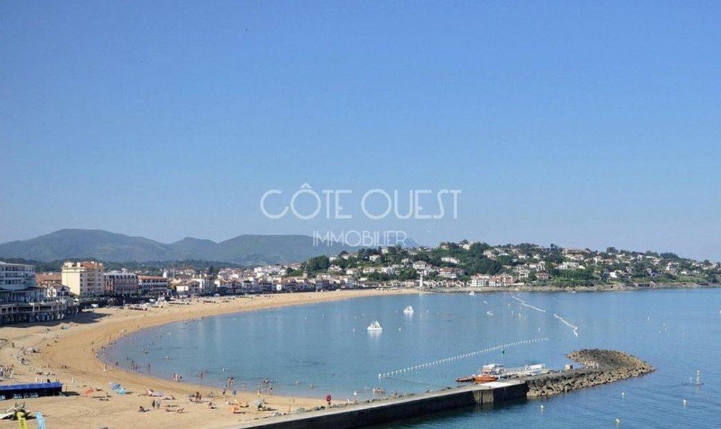 SAINT-JEAN-DE-LUZ. A 90 SQM APARTMENT ENJOYING AN OCEAN VIEW