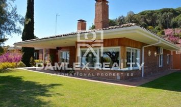 Villa with sea views in Barcelona suburb