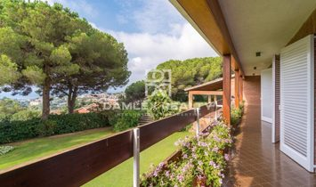 Magnificent villa with a large plot in one of the best urbanizations of Costa Marseme