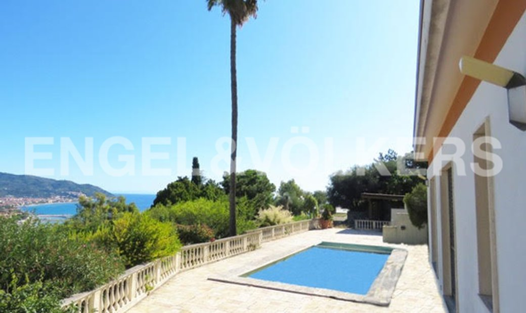 Villa with Pool and View of the Dianese Gulf
