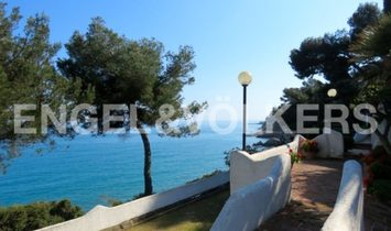 Big apartment in front of the sea in Andora