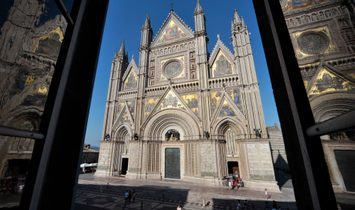 Luxury residence in front of the Orvieto Cathedral
