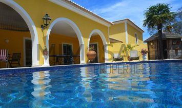 Fabulous four bedroom villa with garden and swimming pool near Alvor.