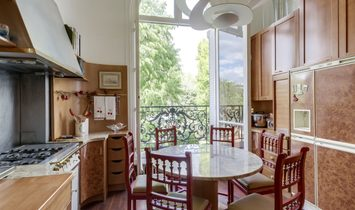 Avenue Foch: Elegant And Spacious Apartment With Balconies