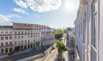 3-bedroom apartment to renovate in Estrela, Lisbon