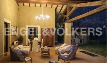 Elegant Mansion with a lush garden in Fondi
