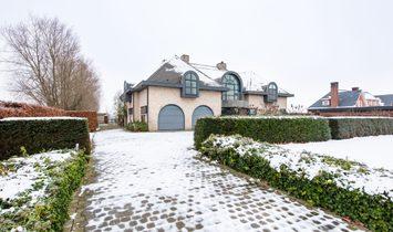 Stylish villa with south-facing garden