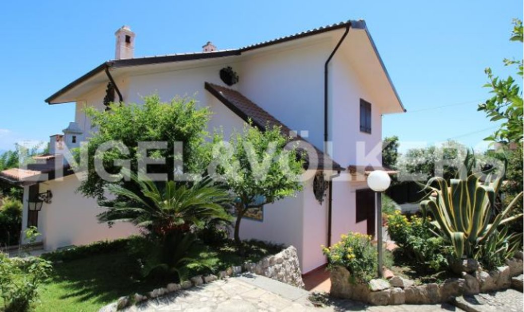 Prestigious Villa immersed in the green in San Felice Circeo