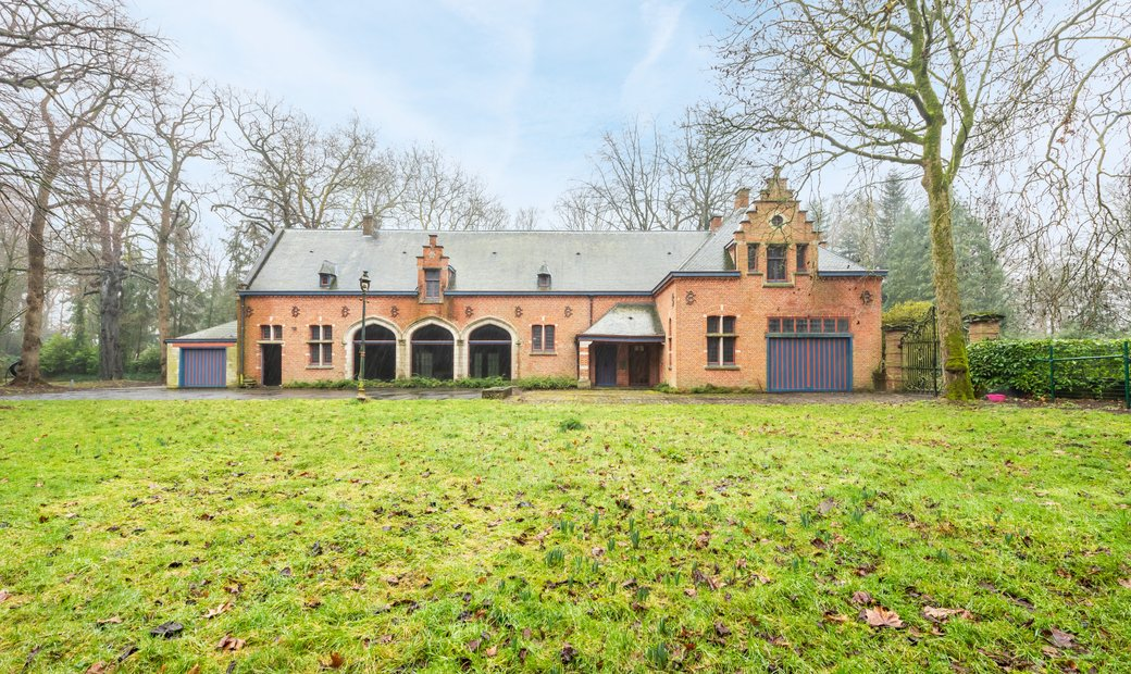 Country house to renovate in Flamincka Park