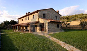 Farmhouse with pool overlooking Trasimeno lake