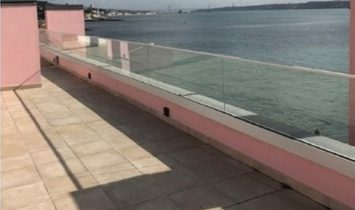 Penthouse with sea view and terrace in Paço de Arcos