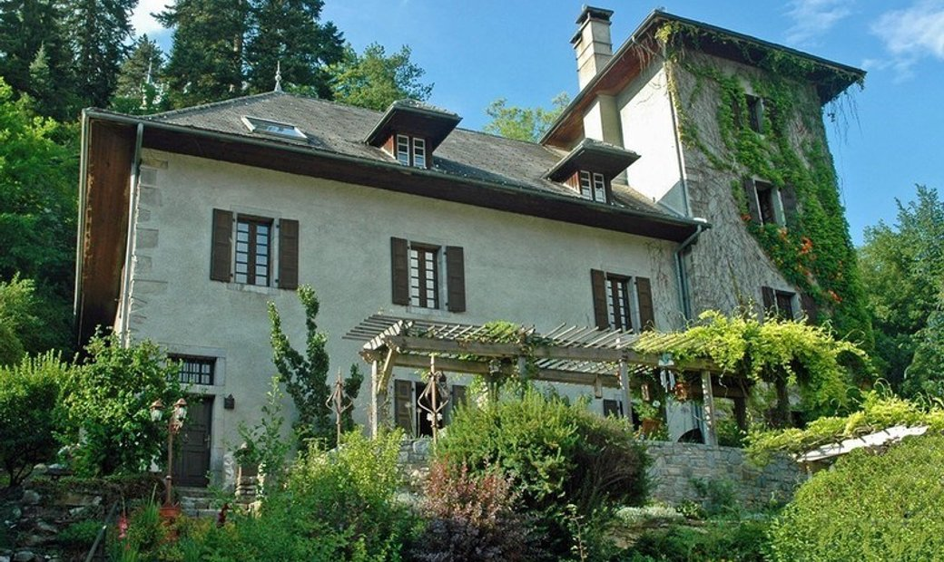 Haute Savoie (74), for sale SAMOENS - Grand Massif ski resort - Historic residence of 480 m² overloo