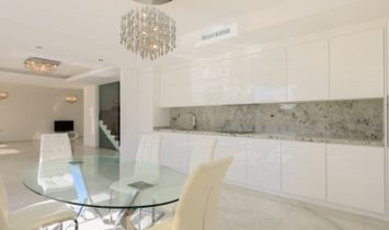 Elegant and luminous villa just a few meters from the beach