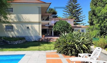 Great House in prime area of Cascais. Partial view of the sea.