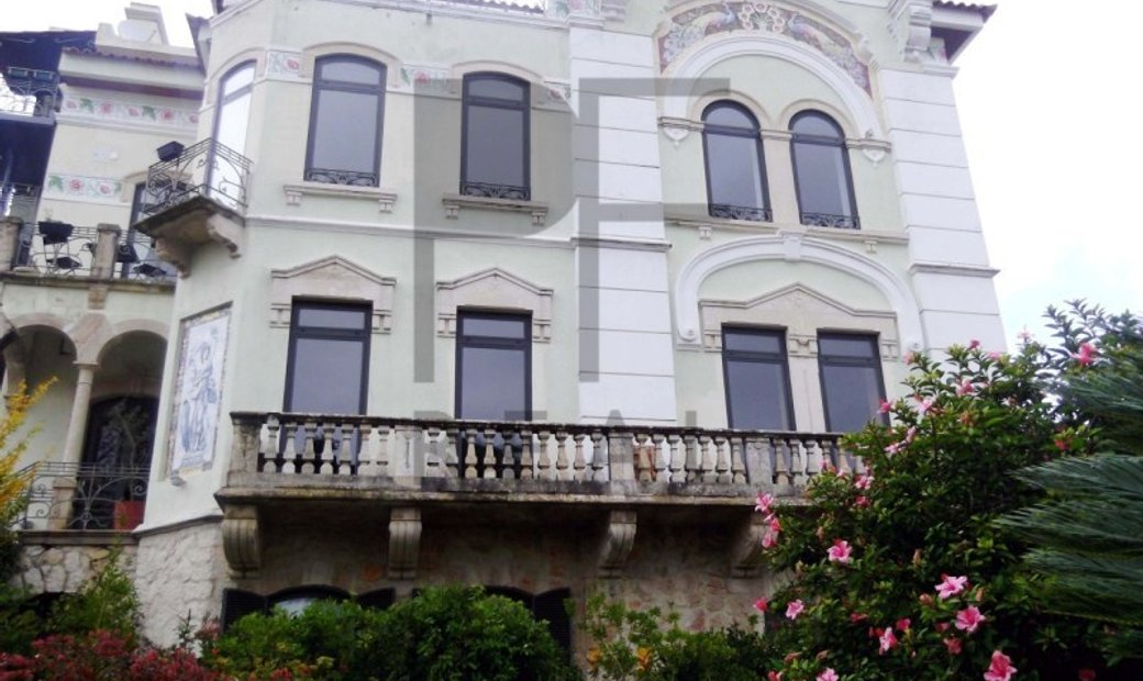 2 beds+1 Apartment with charm in the heart of Estoril.