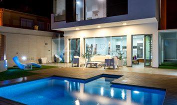 Chalet vanguardista independiente con piscina en Taliarte