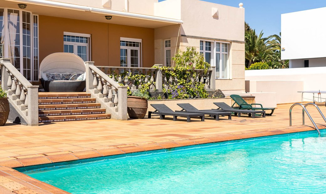 Chalet en Costa Teguise en parcela de 2500 metros, piscina y jardín