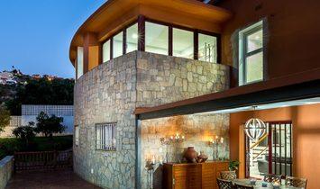 Chalet independiente con piscina cubierta climatizada y bonitas vistas