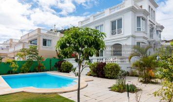 Chalet estilo británico en Ciudad Jardín con amplia piscina y jardines