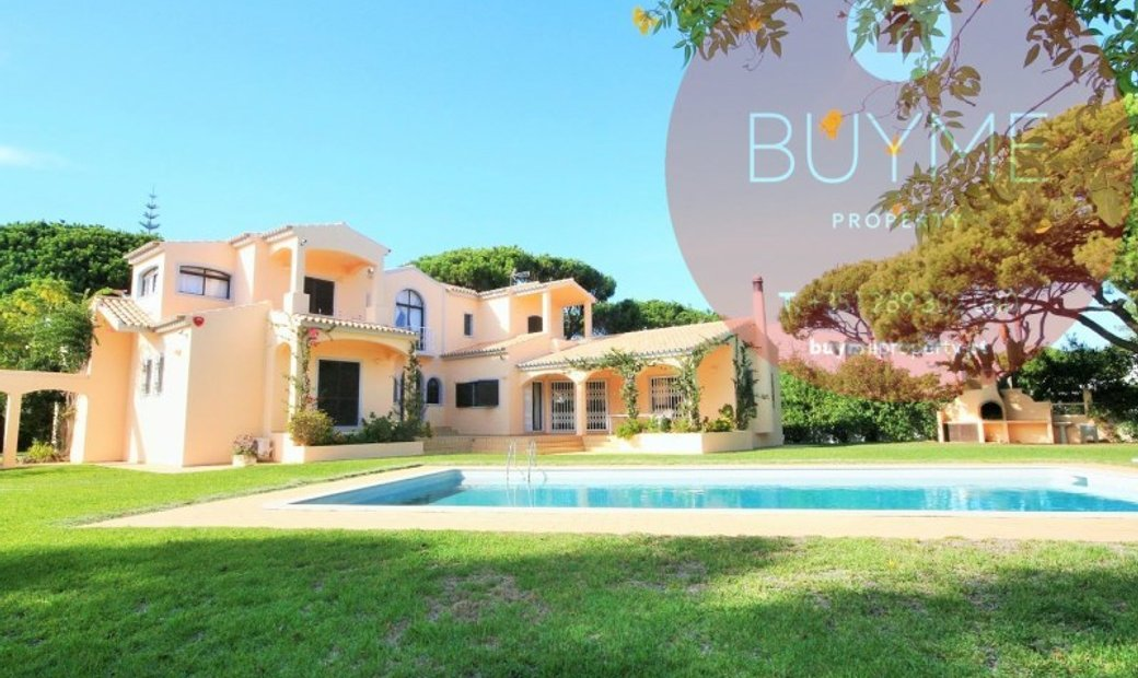 Excellent villa with 5 bedrooms facing the pine forest of golf in Vilamoura in a residential area of