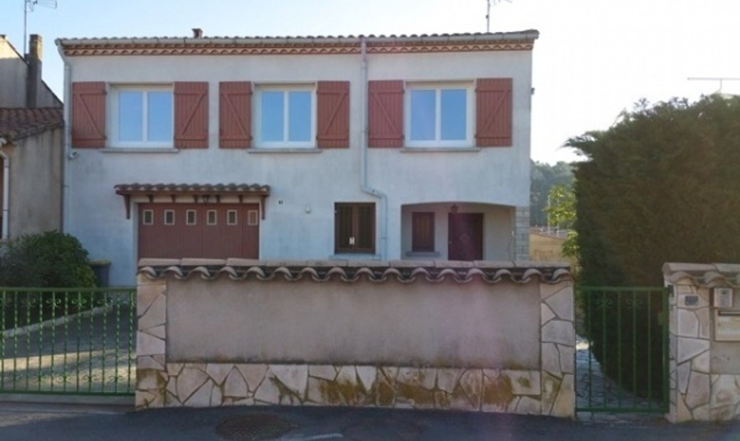 Villa To Refresh With 4 Bedrooms And Independant Apartment On 823 m2 Near All Shops And River.