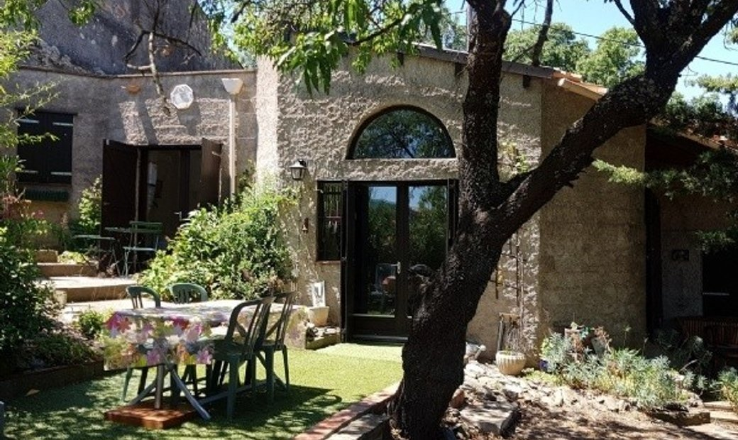 Pretty Stone House On A Plot Of 466 m2 With 95 m2 Of Living Space, Nice Garden And Jacuzzi.