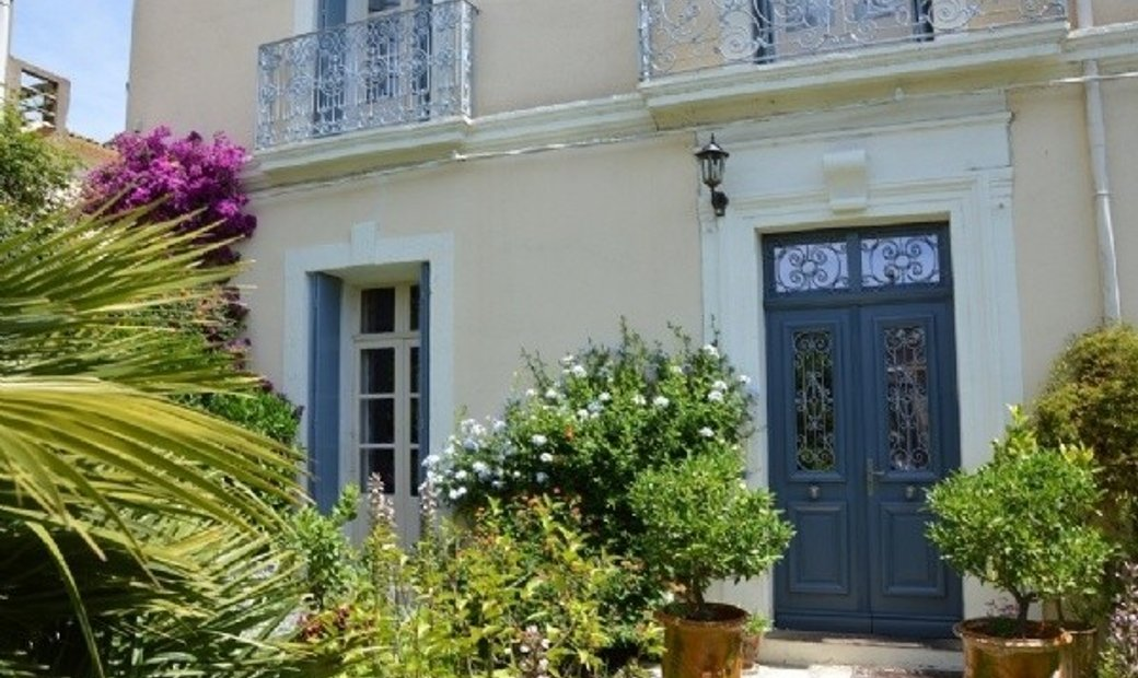 Maison De Maitre With 360 m2 Of Living Space, Lovely Courtyards And All Its Original Charm !
