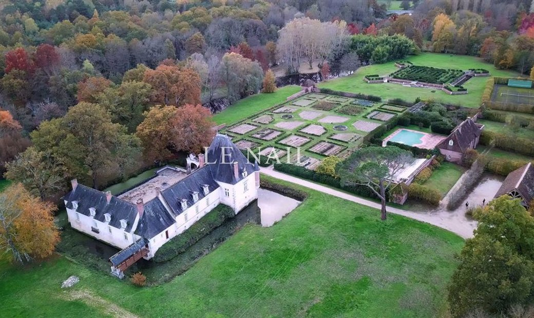 16th C. chateau with its important estate of 153 hectares in Sologne.