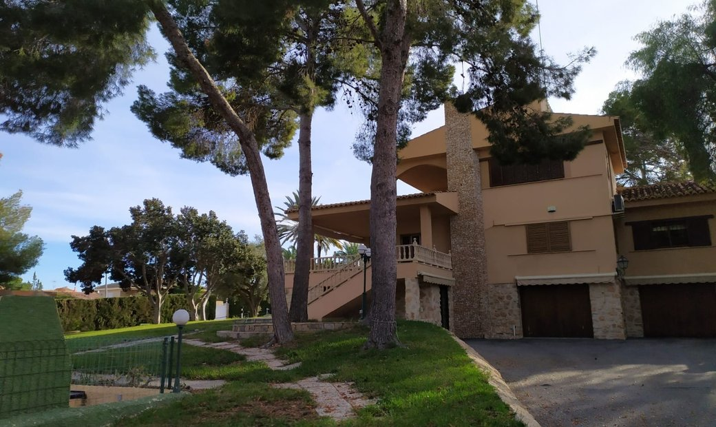 INDEPENDENT VILLA WITH 2000 METERS OF PLOT IN THE BALCONIES