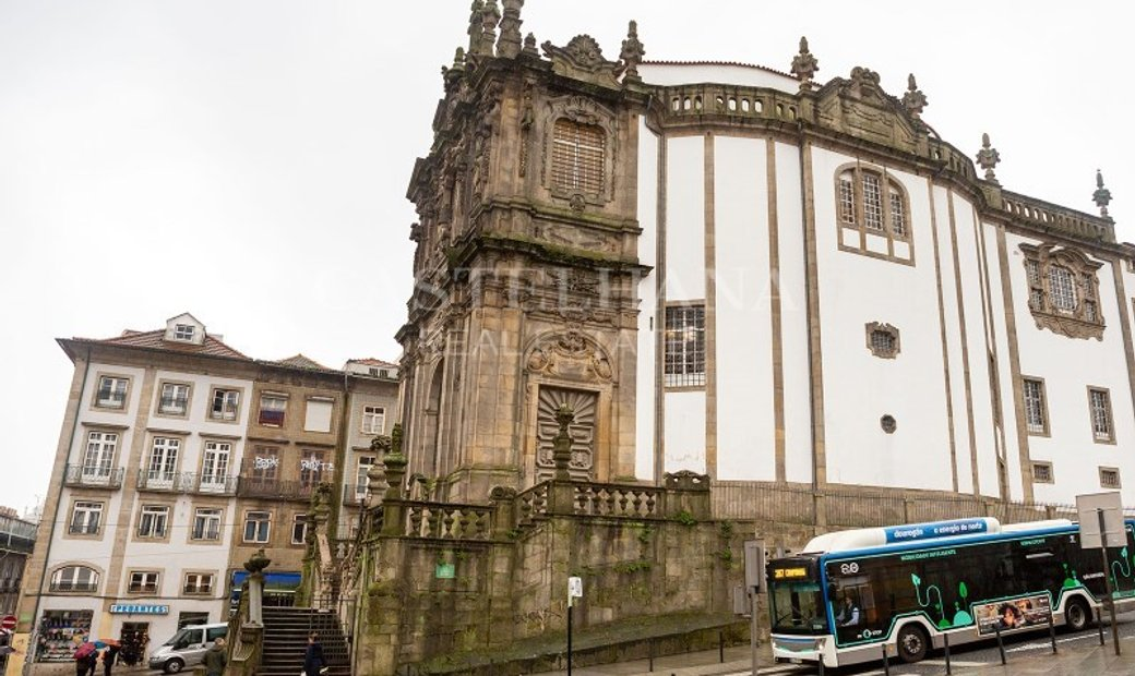 Building in Clérigos, downtown Porto