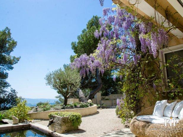 Estate in Vaugines, Provence-Alpes-Côte d'Azur, France 1