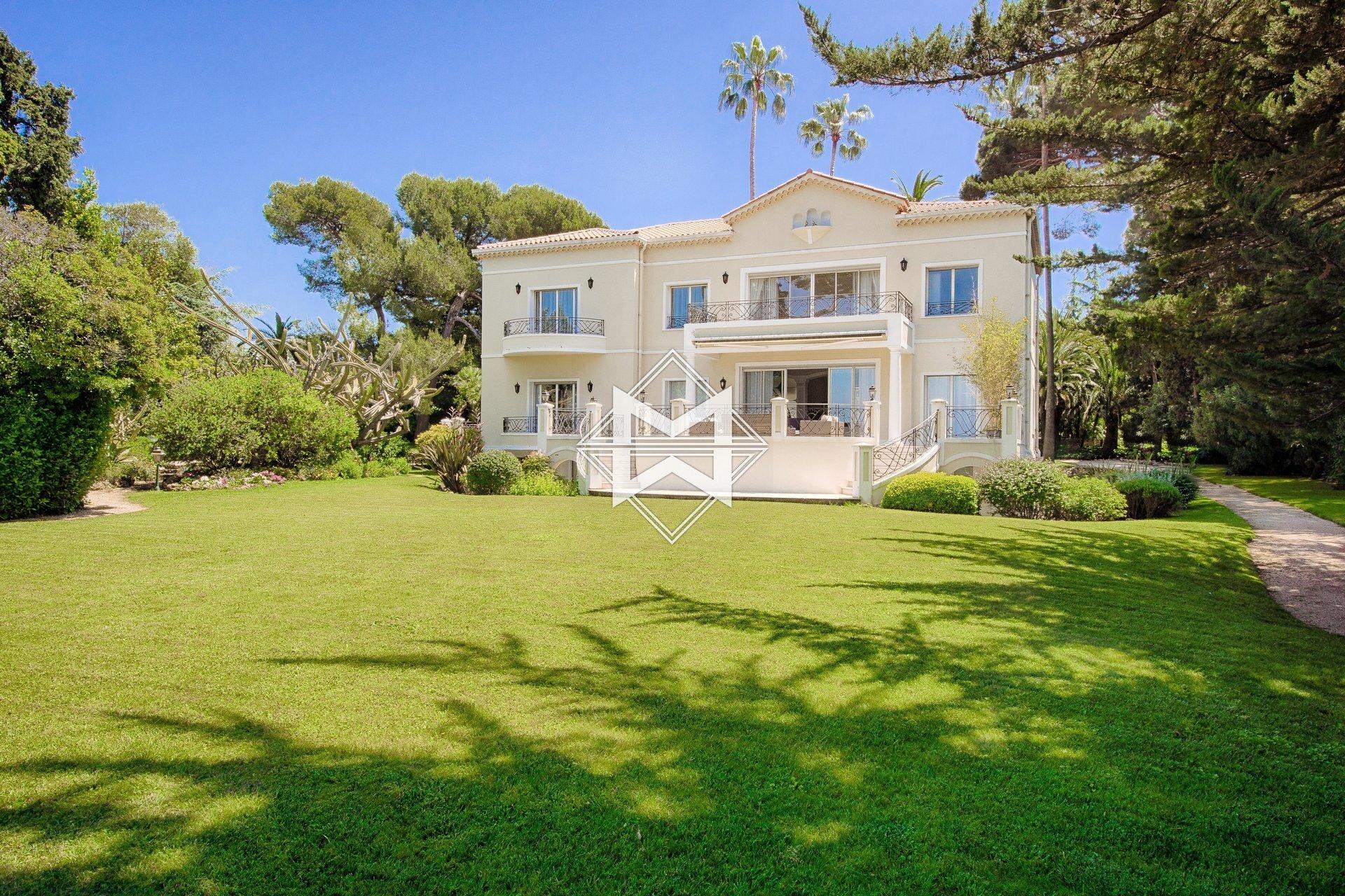 Villa in Antibes, Provence-Alpes-Côte d'Azur, France 1 - 10839492