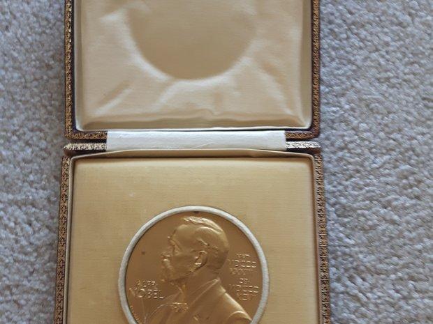 Erwin Schrödinger's 1933 Nobel Medal in Physics  (11132426)