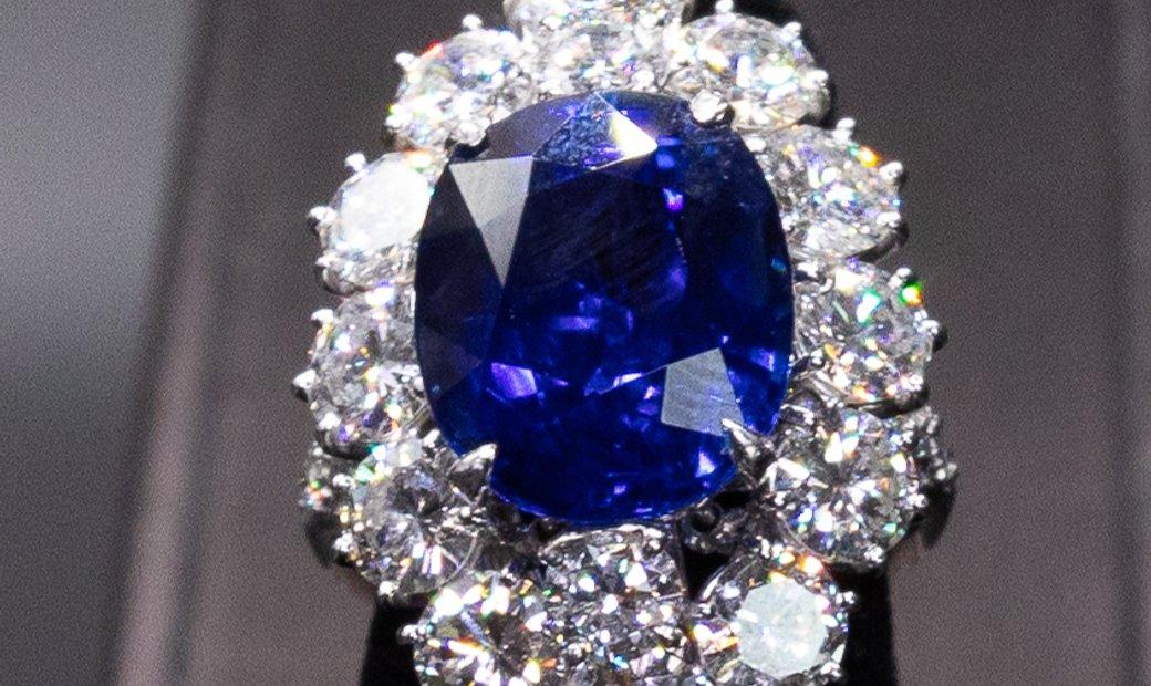 Van Cleef and Arpels Sapphire Diamond Ring I AgentAuction.co I Open Bid $75,000