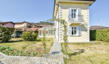 Villa a Ranco, Lombardia, Italia 1